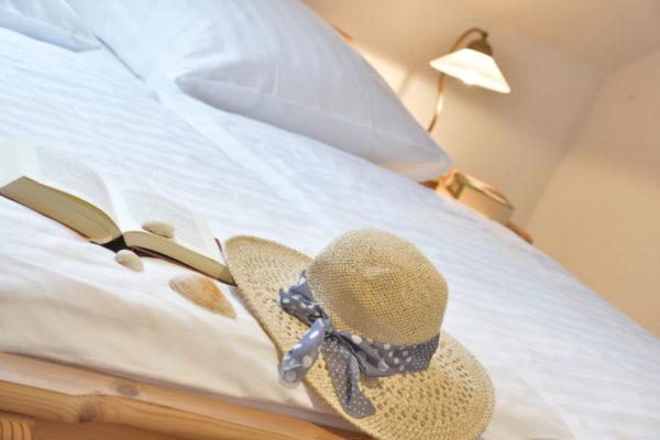 Bett im Schlafzimmer der Störtebeker Appartements im Pferdehof in Ralswiek auf Rügen