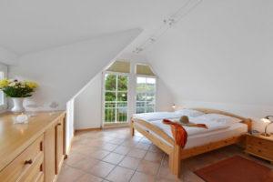 Schlafzimmer der Störtebeker Appartements im Haus am Hafen in Ralswiek auf der Insel Rügen