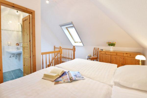 Fewo-Schlafzimmer in den Appartements im Störtebeker Pferdehof am Jasmunder Bodden in Ralswiek auf Rügen