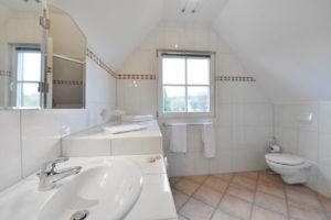 Badezimmer im Ferienhaus auf der Insel Rügen am Hafen von Ralswiek mit Blick auf den Jasmunder Bodden