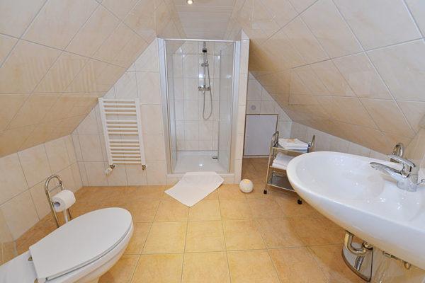 badezimmer-haus-im-park-ferienwohnung-ruegen-ralswiek-wg1