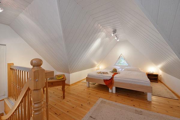 ferienwohnungen-insel-ruegen-haus-im-park-schlafzimmer-wg1