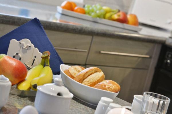 Frühstück in der Küche einer Ferienwohnung im Pferdehof der Störtebeker Festspiele in Ralswiek auf Rügen