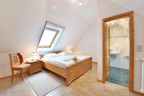 Schlafzimmer der Ferienwohnungen in den Störtebeker Appartements im Ralswieker Pferdehof auf Rügen