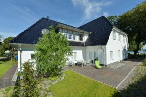 Blaues Haus der Störtebeker Festspiele am Jasmunder Bodden in Ralswiek auf der Insel Rügen