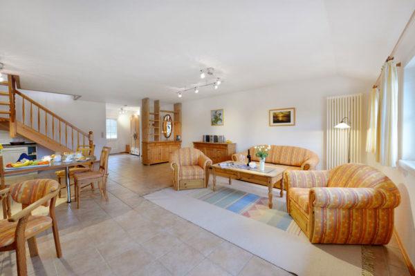 Voll ausgestattetes Wohnzimmer der Ferienwohnungen im Pferdehof in Ralswiek auf der Insel Rügen