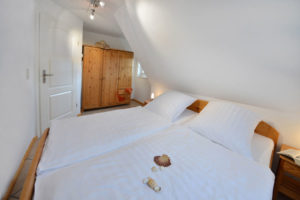 """Schlafzimmer der Appartements im """"Haus Riff"""" am Jasmunder Bodden in Ralswiek auf Rügen"""