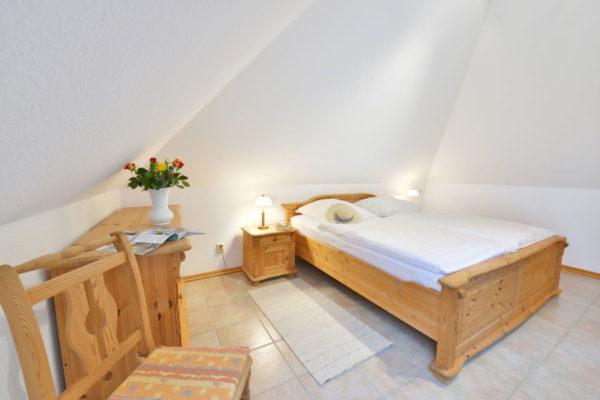 Schlafzimmerbett der Störtebeker Appartements im Pferdehof in Ralswiek auf Rügen