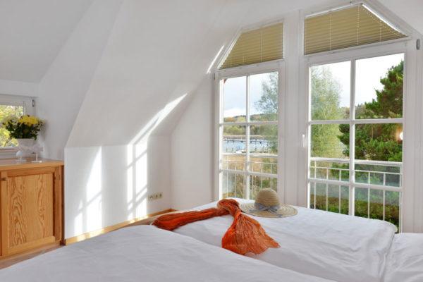 Schlafzimmer der Ferienwohnung im Haus am Hafen in Ralswiek auf der Insel Rügen