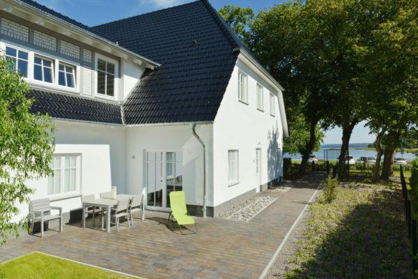 ferienwohnung-terrasse-blaues-haus-ruegen