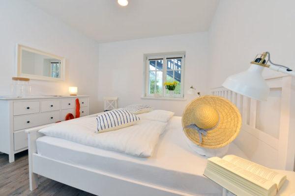 ferienwohnungen-insel-ruegen-blaues-haus-schlafzimmer-wg2